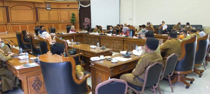 Dprd kota tanjungpinang saat rapat bahas anggaran covit -19